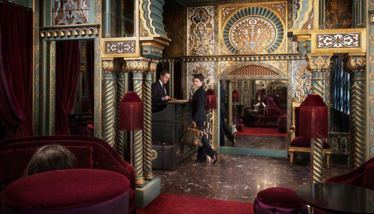Accueil de la Maison Souquet à Paris : hôtel insolite